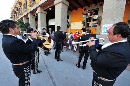 CIUDAD DE MÉXICO - 24 de febrero de 2010: Mariachi reproducir música mexicana en la Plaza Garibaldi de la Ciudad de México, México.El Plaza es el más conocido como el hogar de la ciudad de México la música de mariachi.