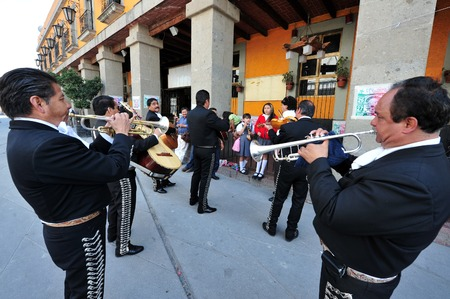 traje mexicano: CIUDAD DE MÉXICO - 24 de febrero de 2010: Mariachi reproducir música mexicana en la Plaza Garibaldi de la Ciudad de México, México.El Plaza es el más conocido como el hogar de la ciudad de México la música de mariachi.