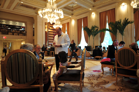 negocios comida: NY - OCT 11:People dining the Plaza Hotel restaurant on October 10 2009 in Manhattan New York. Its a landmark 20-story luxury hotel opened to the public on October 1, 1907. Editorial