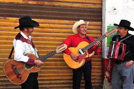 멕시코 시티 -2 월 28 일 : 마리아치 밴드 멕시코 시티, 멕시코에서 2010 년 2 월 28 일에 Xochimilco의 부동 정원에서 멕시코 음악을 재생합니다. 19 세기로 거
