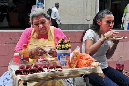 traje mexicano: CIUDAD DE MÉXICO - 23 de febrero: la comida rápida mexicana destacan el 23 de febrero de 2010 en la Ciudad de México, la comida Mexico.Mexican es bien conocido por sus sabores exóticos y el uso de las especias fuertes.