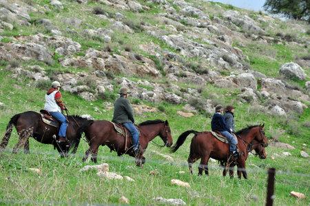 femme et cheval: PLATEAU DU GOLAN - 13 décembre: Promenades à cheval dans les hauteurs du Golan, Israël le 13 Décembre 2009. Environ 18.000 colons israéliens se sont déplacés dans le Golan, qui borde également la Jordanie, depuis 1967.