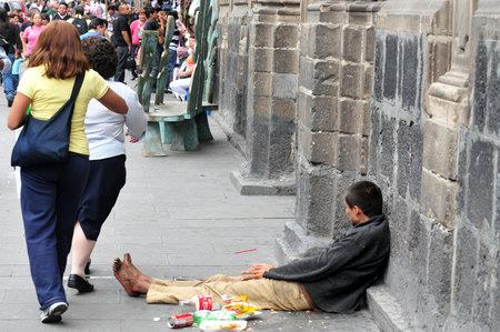 pobreza: CIUDAD DE MÉXICO - 23 de febrero: el hombre sin hogar de México el 23 de febrero en la Ciudad de México Mexico.44 por ciento de la población mexicana, más de 49 millones de habitantes, vive por debajo del umbral de la pobreza.