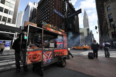 negocios comida: NY- 14 DE OCTUBRE: La gente y el tráfico bajo el Chrysler Building, Manhattan, New York, el edificio más alto del mundo USA.The (319 m) antes de que fuera superado por el Empire State Building en 1931