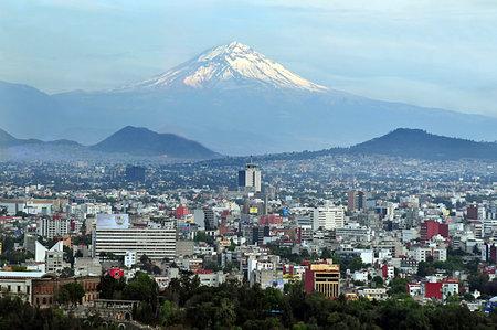 멕시코 시티 - 2010년 3월 1일 : 5,000 미터의 고도에 도달 산과 화산으로 둘러싸인 멕시코 이야기 회의 도시 위의 포포 카테 페틀 화산 산 RAIS의 공중 풍경보기. 스톡 콘텐츠 - 46256880