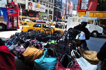 뉴욕 -10 월 11 일 : 2009 년 10 월 11 맨하탄 뉴욕에서 디스플레이에 가짜 디자이너 핸드백. 가장 경제적 영향에 직면하는 미국과 함께 전세계 6 천 억 달러의 손실을 일으키는 위조 상품 업계 스톡 콘텐츠 - 46256828
