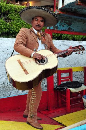멕시코 시티 - 2월 28일 : 마리아치는 멕시코 시티, 멕시코 2010 년 2 월 28 일에 치밀 코의 부동 정원에서 멕시코 음악을 재생할 수 있습니다. 그것은 19 세