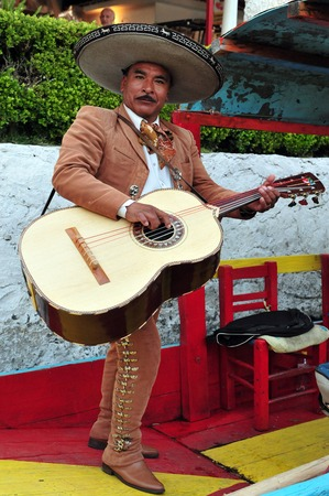 traje mexicano: CIUDAD DE MÉXICO - 28 de febrero: Mariachi jugar música mexicana en los jardines flotantes de Xochimilco el 28 de febrero de 2010 en la Ciudad de México, México. Es tradición musical mexicana que data del siglo 19