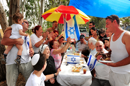 NIR AM - 20 aprile: famiglia israeliana a cavallo durante un pic-nic godendo celebrazioni del Giorno dell'Indipendenza di Israele il 20 aprile 2010 a Nir Am, Israele. Archivio Fotografico - 46256706
