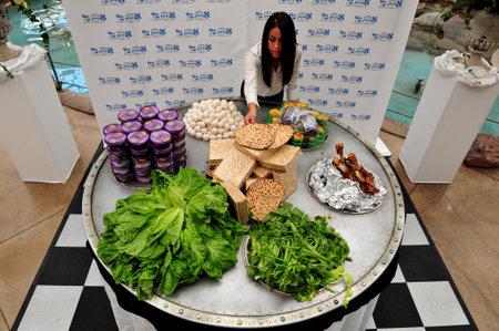 ASHDOD - 14 de abril: La placa de Seder de Pesaj más grande en el mundo se muestra en Ashdod, Israel el 14 de abril de 2011. La placa de Seder es una matriz de comida para ser para ser bendecidos en la próxima fiesta judía de la Pascua. Pascua es un día sagrado de los judíos y festiv