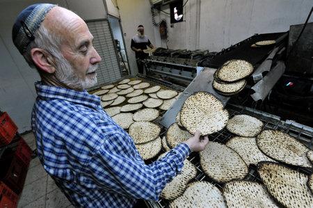 santa cena: JERUSALÉN-MARZO 16: Los hombres judíos ortodoxos preparan matzá kosher glat hecho a mano el 16 de marzo de 2010 en Jerusalén, Israel.
