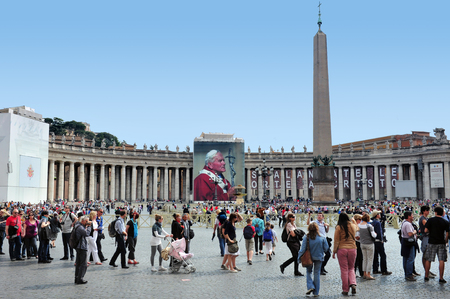 st  peter's basilica pope: VATICAN - April 28:Giant banner of pope John Pauls at St Peters basilica on April 28 2011 Vatican city in Rome Italy.There are over 100 tombs at St. Peters, which includes 91 popes. Editorial