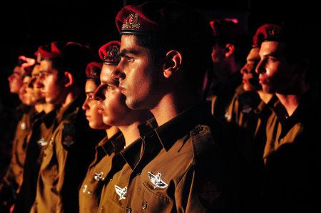 dia y la noche: REHUVOT - 16 de septiembre: La ceremonia en memoria de paracaidistas caídos fuerza en el monumento en Tel-numéricos el 16 de septiembre de 2010 en Rehuvot, Israel.