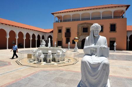 Caesarea - Juli 06: Maimonides Rambam Rabbi Mosche ben Maimon Statue am Ralli Museum Recanati Caesarea Israel am 06. Juli eine Art Museum 2010.It ist von Harry Recanati 1993 gegründet Standard-Bild - 46309798