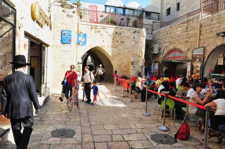 エルサレム - 2010 年 11 月 5 日にユダヤ人地区で 11 月 05:Visitors エルサレム、Israel.It のすべての宗教の人々 のための世界や観光名所各地からユダヤ人