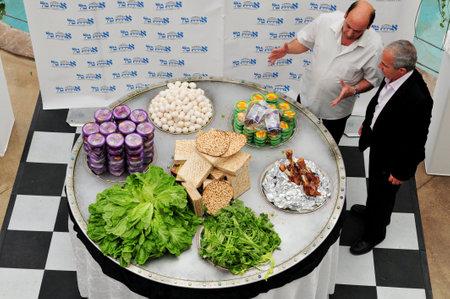 santa cena: ASHDOD - 14 de abril: La placa de Seder de Pesaj m�s grande en el mundo se muestra en Ashdod, Israel el 14 de abril de 2011. La placa de Seder es una matriz de comida para ser para ser bendecidos en la pr�xima fiesta jud�a de la Pascua. Pascua es un d�a sagrado de los jud�os y festiv