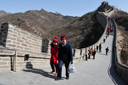 china wall: BEIJING - 10 de marzo: Los visitantes paseos por la Gran Muralla de China el 10 de marzo de 2008. Cuatro millones de personas visita la gran pared de cada año.