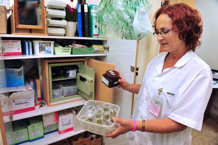 marihuana: REHOVOT - 17 de julio: Una enfermera sostiene Cannabis Medical en hogar de ancianos Hadarim el 17 de julio, 2011.Marijuana es ilegal en Israel, pero el uso m�dico se ha permitido desde principios de 1990 para los pacientes de enfermedades relacionadas con el dolor Editorial
