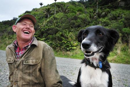 西海岸、ニュージーランド - 4 月 19:NZ 農夫と彼のボーダーコリー犬 4 月 19 2009.It のみ 31,326 住民ニュージーランドの人口調査 2006 年の記録と NZ でよ 報道画像