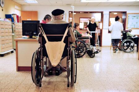 personas discapacitadas: REHOVOT - 17 de julio: Las herramientas de cannabis médicos utilizados para los residentes del hogar de ancianos Hadarim el 17 de julio, 2011in Rehovot, Israel.Marijuana es ilegal en Israel, pero el uso médico se ha permitido desde principios de la década de 1990 para los pacientes de enfermedades relacionadas con el dolor