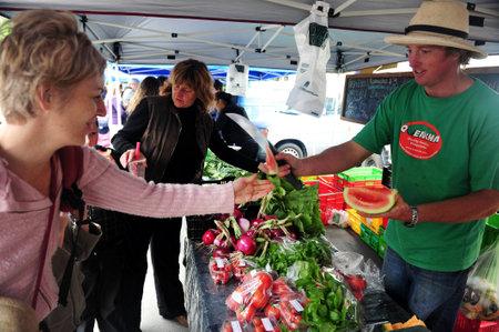 granjero: LYTTELTON, NZ - FE 25: Lyttelton Farmers Market, el 23 de febrero en Lyttelton, Nueva Zelanda. En 2009 fue galardonado con Lyttelton Categoría I estado Casco Histórico por la Nueva Zelanda Lugares Históricos Fideicomiso NZHPT