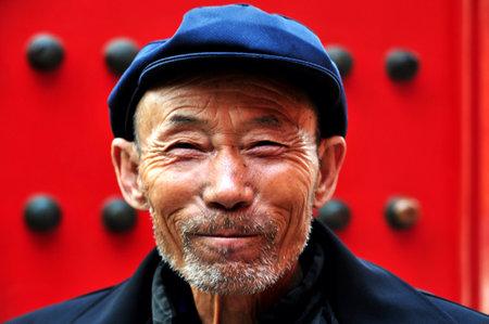uomo rosso: PECHINO - 11 marzo: Uomo cinese nella Citt� Proibita 11 marzo 2009 a Pechino, Cina. La speranza di vita media tra gli uomini cinesi � di 72 anni