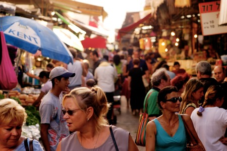 TEL AVIV - FEB 27:Shoppers at the Carmel Market on Feb 27 2007 in Tel Aviv, Israel.Its one of Israels oldest and biggest outdoor marketplaces offers a wide variety of foods and merchandise. Sajtókép