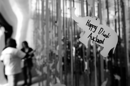 identidad cultural: AUCKLAND,  NZL - OCT 18 2015:Indian people celebrating Diwali festival in Auckland,New Zealand.Its the most ancient and biggest Hindu festival in India celebrated in autumn every year Editorial