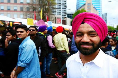 identidad cultural: AUCKLAND, NZL - 18 de octubre de 2015: India los hombres celebrando el festival de Diwali en Auckland, Nueva Zealand.It de la más antigua y más grande festival hindú celebrado en la India en el otoño de cada año Editorial