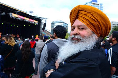 identidad cultural: AUCKLAND, NZL - 18 de octubre de 2015: El hombre maduro indio que celebra el festival de Diwali en Auckland, Nueva del festival hindú más antiguo y más grande de la India Zealand.It celebrado en otoño de cada año