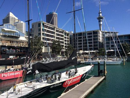 oficina antigua: AUCKLAND, NZL - 25 de octubre 2015: Yates de amarre en un antiguo puerto comercial de Auckland Viaduct Harbor Basin.It convirti� en una promoci�n de apartamentos de lujo, oficinas y restaurantes.