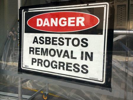 AUCKLAND AUG - 01 2015: La muestra lee: Peligro - Eliminación de amianto en progress.Inhalation de fibras de amianto puede causar enfermedades graves y mortales, incluyendo cáncer de pulmón, mesotelioma y asbestosis. Foto de archivo - 47699101
