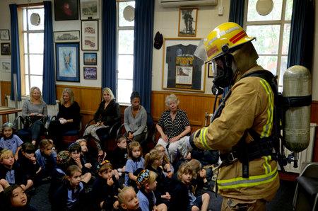 fogatas: AUCKLAND - 27 de octubre de 2015: Día de la Educación de seguridad contra incendios en la Estación de Bomberos Auckland City, Nueva Zealand.Each año más de 20.000 incendios son atendidos por Nueva Zelanda Servicio de Bomberos, incluyendo cerca de 5.000 incendios en el hogar. Editorial