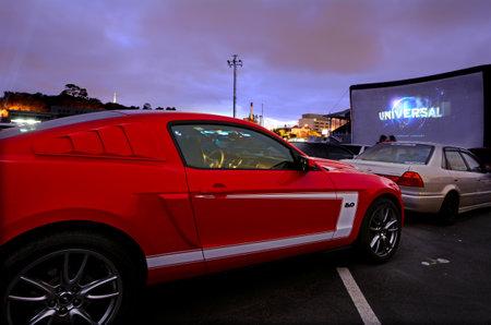 오클랜드 - 일 01 : 2015 년에 자동차 드라이브 인 theater.Today 미국에서만 400 드라이브 - 인이 100 주로 캐나다와 호주에서 세계의 존재가 중국에서 인기를  에디토리얼
