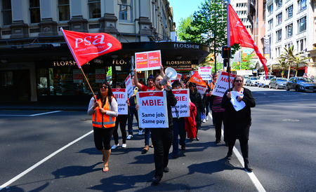 Auckland - 05 nov 2015: I lavoratori che protestano per la parità di retribuzione a parità di lavoro. Nuova Zelanda ha diversi occupazione e leggi sui diritti umani che vietano la discriminazione nei confronti delle donne nei tassi di retribuzione.