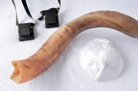 yamaka: Shofar (horn) with Tefillin and Yamaka on Rosh Hashanah and Yom Kippur High Holidays. Traditional Jewish holiday symbol. Concept with copy space