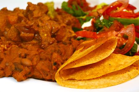 plato de comida: plato de cordero venezolana - Cordero es de coco servido con arroz, terminado el juego, ensalada verde tortilla Foto de archivo