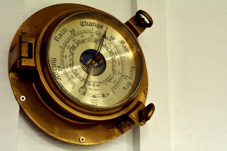pluviometro: Barómetro en un concepto wall.Weather con copia espacio