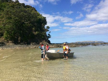 fischerei: Taupo Bay, NZL dec 25 2015: Neuseel�nder Fischer in Taupo Bay.There sind etwa zwei Tonnen Fisch im Bereich der Fischerei Neuseeland f�r jeden Neuseel�nder. Editorial