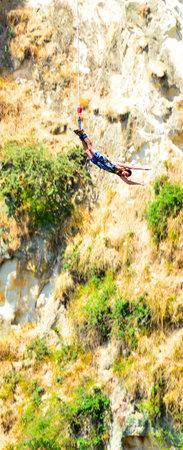 bungee jumping: TAUPO, NZL - 14 Ene 2016: Persona durante el salto bungy. A pesar de su riesgo inherente, s�lo ha habido pocas muertes de puenting. Editorial