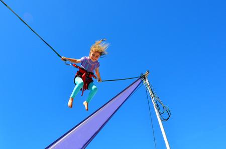 작은 소녀 나이 5-6 번지 trampoline에. 복사본 공간 개념 위험