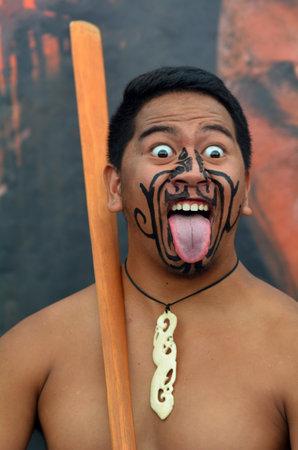 personas saludandose: AUCKLAND, NZL - 30 de JAN 2016: maorí hombre en greeting.Maori tradicionales son el pueblo indígena de Nueva Zelanda que emigraron a Nueva Zelanda desde hace años Polynesia1000. Editorial