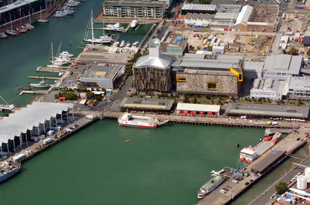 oficina antigua: AUCKLAND - ENE el 31 de 2016: Vista a�rea de un antiguo puerto comercial de Viaduct Basin.It en el paseo mar�timo de Auckland, se convirti� en una promoci�n de pisos en su mayor�a de lujo, oficinas y restaurantes. Editorial