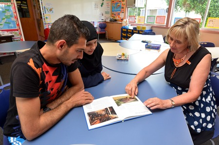 Auckland, New Zealand - February 21, 2016: Auckland University of Technology teacher teaches Syrian refugee English at Mangere Refugee Resettlement Centre.New Zealand annual intake is 750 refugee fleeing war in Syria. Éditoriale