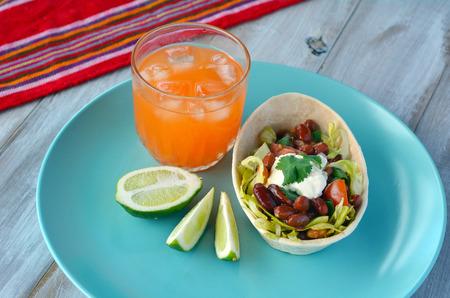 alimentos y bebidas: comida mexicana Taco barco Tortilla servido con Margarita y cal. Alimentación de fondo y la textura Foto de archivo