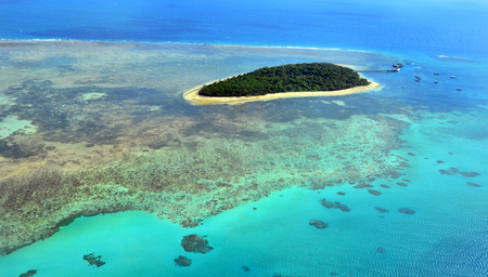 열대 북부 퀸즐랜드, 퀸즐랜드, 호주 케언즈 근처의 그레이트 배리어 리프 (Great Barrier Reef)에서 그린 섬 암초의 공중보기.
