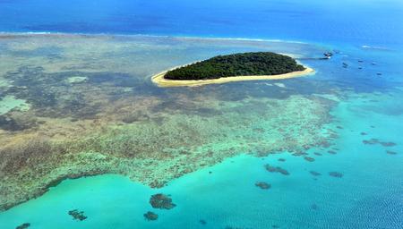 arrecife: Vista aérea del arrecife de Isla Verde en la gran barrera de coral cerca de Cairns, en el norte tropical de Queensland, Queensland, Australia. Foto de archivo