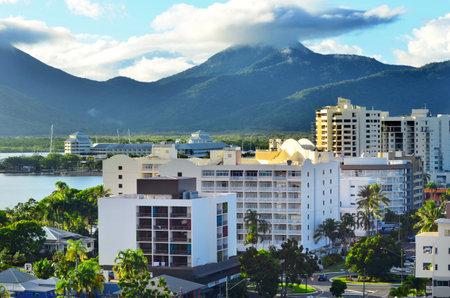 clima tropical: Cairns, AUS - ABR 18 de 2016: Vista a�rea de Cairns, 5� ciudad m�s poblada de Australia Queensland y un turista populares destino de su viaje por su clima tropical y el acceso a la Gran Barrera de Coral.