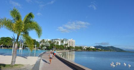 clima tropical: Cairns, AUS - 15 Abr 2016: Cairns horizonte. la ciudad de Cairns es la quinta más poblada de Queensland y un destino de viaje de turistas popular por su clima tropical y el acceso a la Gran Barrera de Coral.