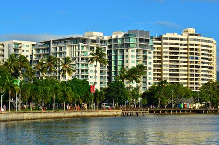 clima tropical: Cairns, AUS - 15 Abr 2016: edificios de apartamentos de vacaciones en Cairns, Queensland, Australia. Cairns es un destino turístico popular para los turistas debido a su clima tropical y el acceso a la Gran Barrera de Coral Editorial